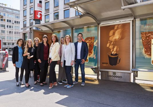 Am Foto vor der NESCAFÉ Wartehalle vlnr: Natalie Marar (Gewista), Sabina Ziomek (UM PanMedia), Susanne Kirschner (UM PanMedia), Tina Dorfmeister (Senior Brand Manager NESCAFÉ, Beverages & RTD), Andrea Groh (CSO Gewista), Nathalie Meisner (Junior Brand Manager NESCAFÉ, Beverages & RTD), Christiane Fellner (NESCAFÉ Business Executive Manager), Bernhard Anfang (Brand Manager NESCAFÉ Dolce Gusto) Foto: Gewista