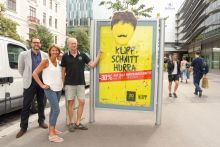 KLIPP mit sommerlicher -30% Kurzhaarschnitt-Kampagne am Plakat & City Light